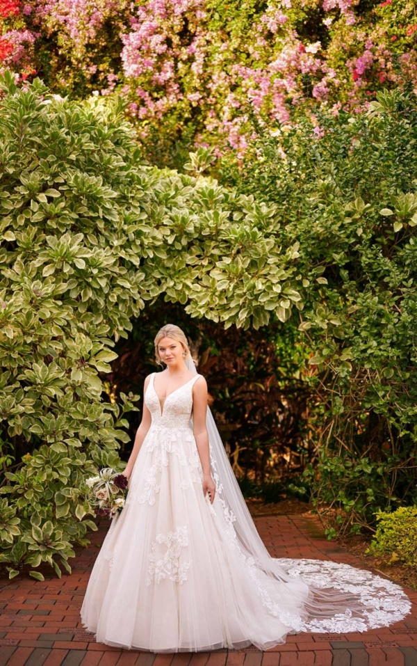 FEMININE BALLGOWN WITH SOFT FLORAL DETAIL