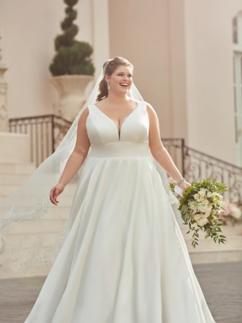 ROYAL-INSPIRED SIMPLE PLUS-SIZE WEDDING DRESS
