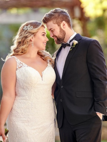 TRADITIONAL PLUS SIZE WEDDING DRESS WITH SHAPED TRAIN