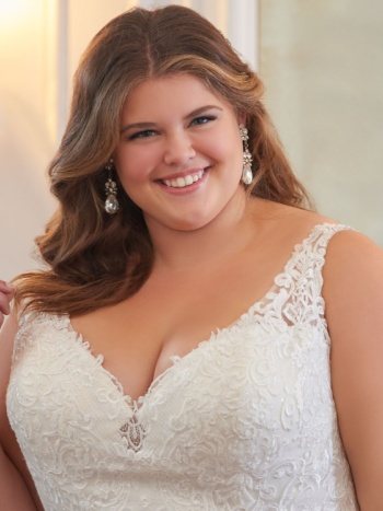 PLUS SIZE WEDDING DRESS WITH FLARED SKIRT