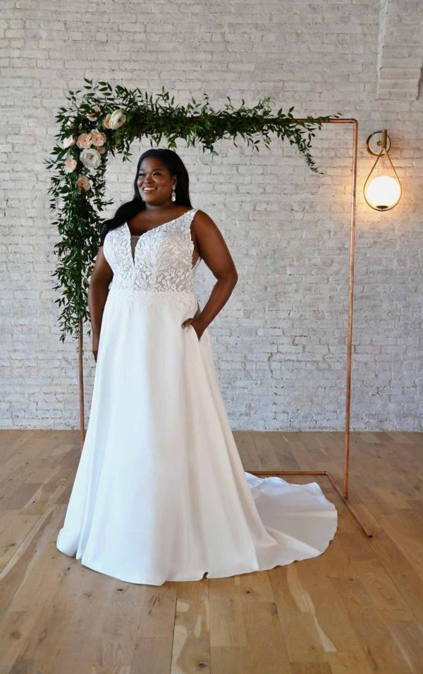 V-NECKLINE PLUS-SIZE WEDDING DRESS WITH LEAF LACE BODICE